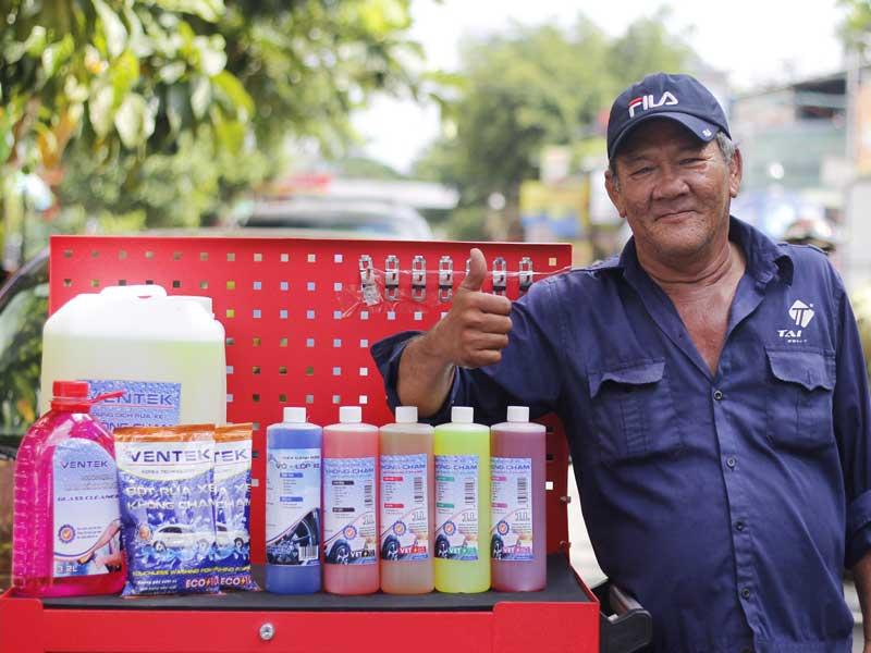 Nên dùng bột rửa xe không chạm hay nước rửa xe không chạm?