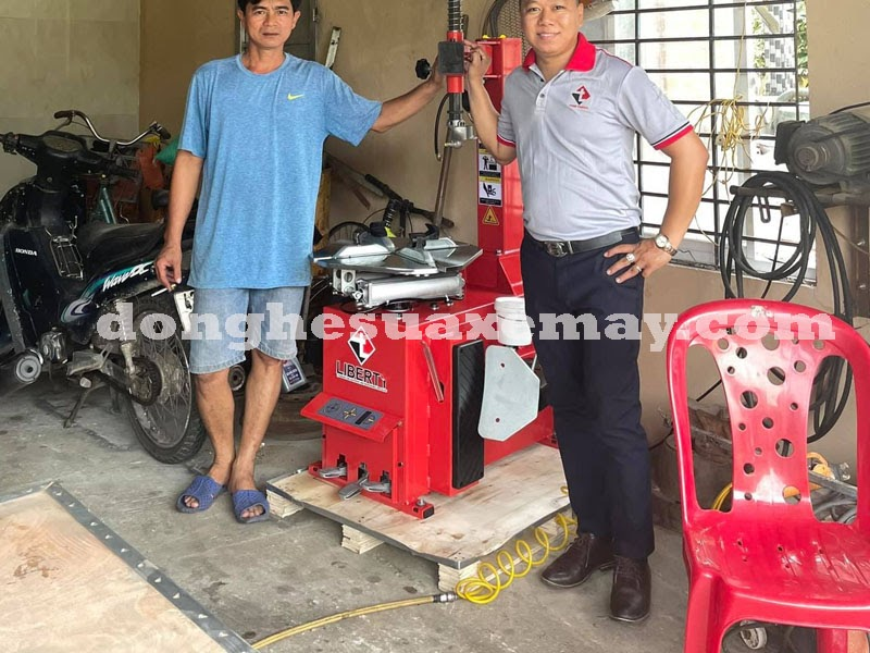 Máy ép lốp xe ga chuyên dụng cho việc ra vào vỏ xe thường được bán với giá bao nhiêu? - Đồ nghề sửa xe máy - Thiết bị sửa xe máy chính hãng